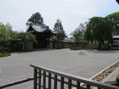 方丈前庭と勅使門