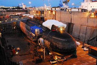 事故後の修理中のアメリカ原子力潜水艦