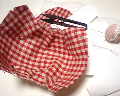 ちくちく手縫いで作製中~。