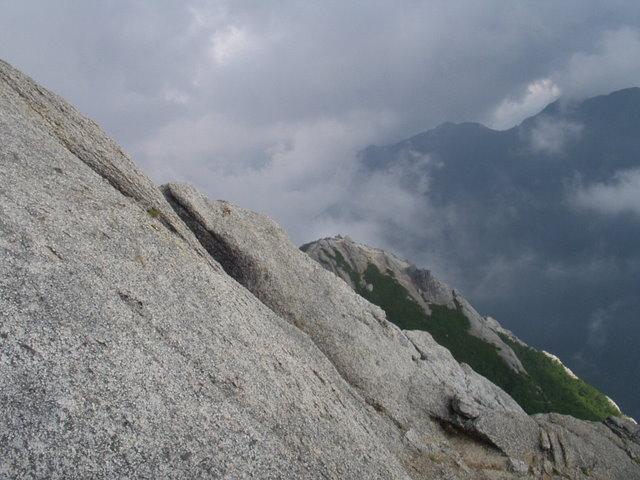 南アルプス-鋸岳縦走(北沢峠~甲斐駒ケ岳~六号石室~第二高点~第一高点~横岳峠~富士川源流~富士見)H17・8・6~7) 014