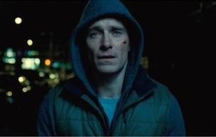 夜の街を彷徨うブランドン