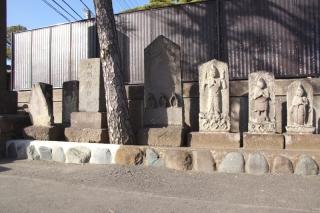 江島道:泉蔵寺前の庚申塔群全景