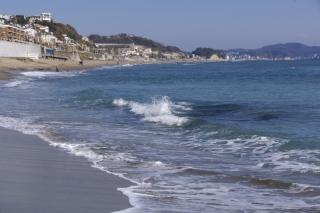 江島道:海中に岩塊があるのが見えている