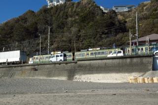 江島道:七里ヶ浜より江ノ電を見上げる