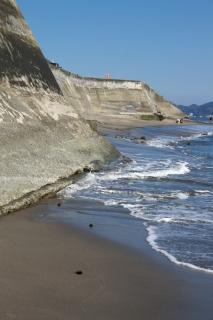 江島道:七里ヶ浜の駐車場下は時間によっては通れない
