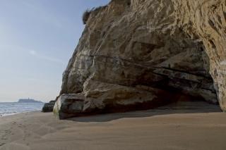江島道:稲村ヶ崎の七里ヶ浜寄りには多少砂も溜まっている