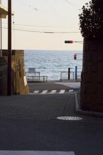 江島道:稲村ヶ崎駅入口交差点を山側から見る
