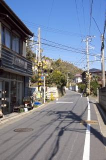 江島道:稲村ヶ崎駅付近で一度江ノ電と交差する