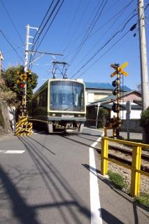 江島道:再び江ノ電と交差する