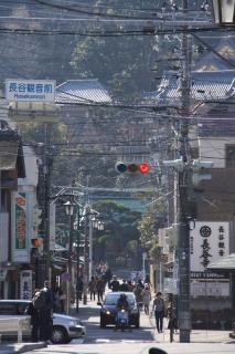 江島道:長谷観音前交差点越しに長谷寺を見る
