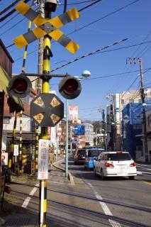 江島道:江ノ電の大町付近の踏切
