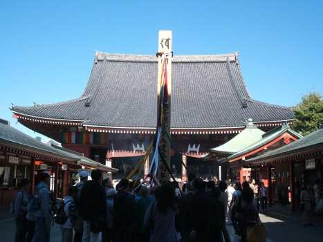 正面から見た浅草寺本堂と開帳塔婆
