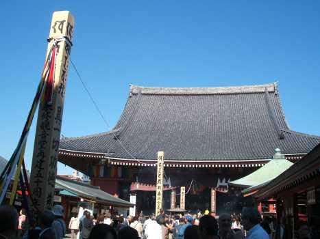右側から見た浅草寺本堂と開帳塔婆