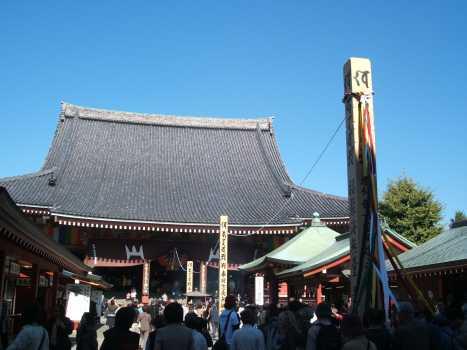 左側から見た浅草寺本堂と開帳塔婆