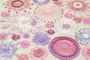 クロスステッチやバックステッチなど刺繍の縫い方を説明