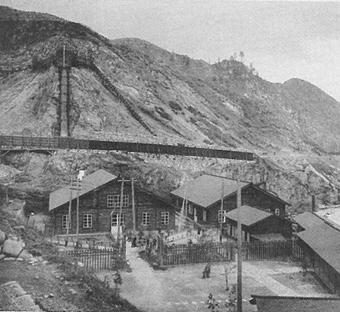 間藤発電所の外観。明治28年以前の撮影。