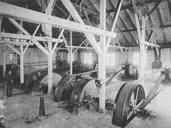 間藤発電所の内部。撮影は明治28年以前