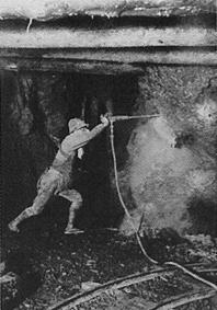 大正時代、足尾銅山の採掘風景
