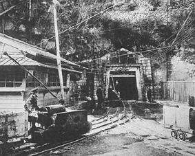通洞抗口のトロリー坑内電車