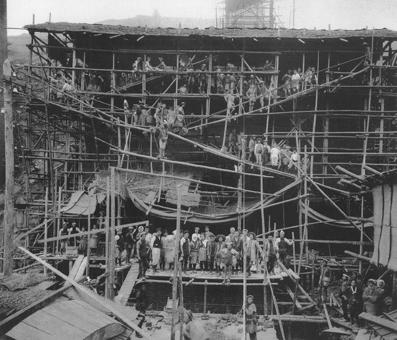 築造中の脱硫塔。