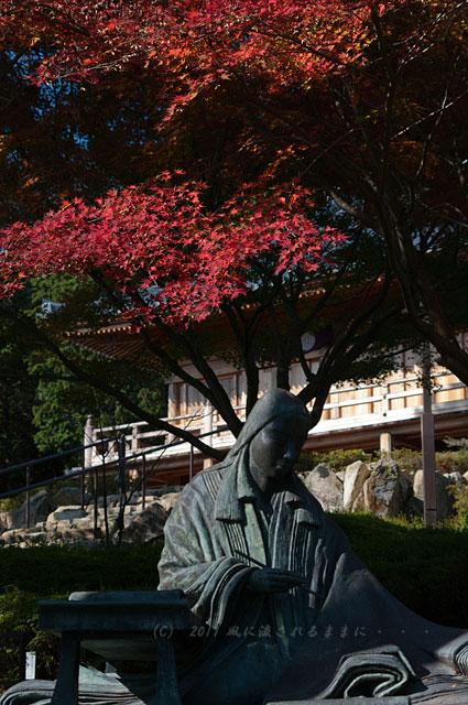 滋賀・石山寺 紫式部像の紅葉1