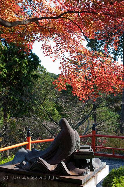 滋賀・石山寺 紫式部像の紅葉2