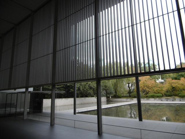京都の町屋の格子戸から外を見ているような
