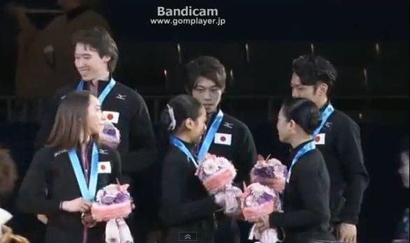 神戸ライフ:表彰式:真央、振り返って大輔を見るとはなしに見る