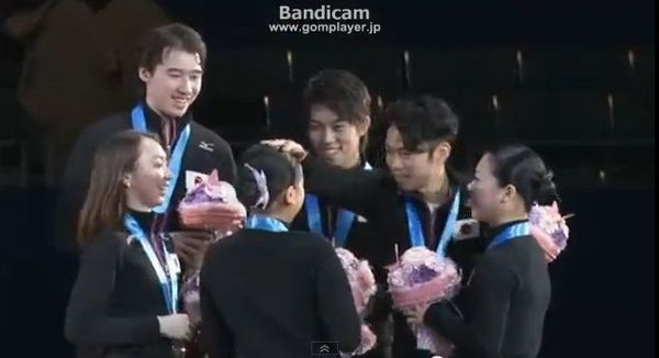 神戸ライフ:表彰式:真央の頭をなでなで②