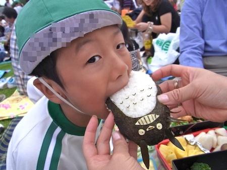 トトロ食べる1