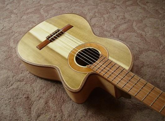 完成菊ギター第16号ボディー回転2