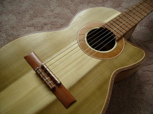 完成菊ギター第16号表 下からボディー