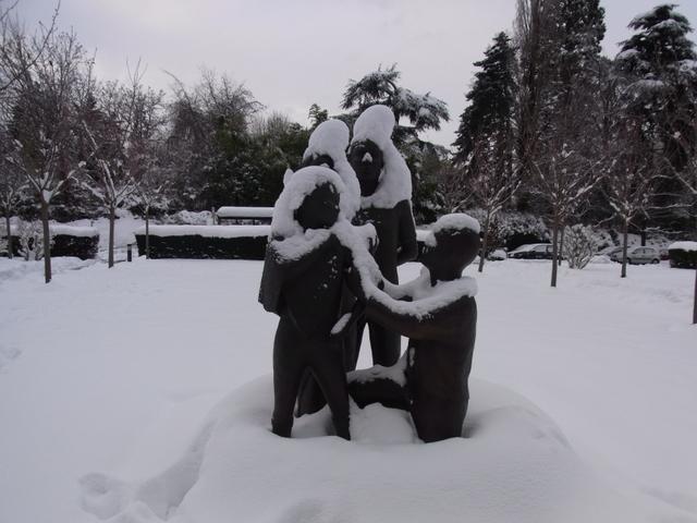 雪の記念碑