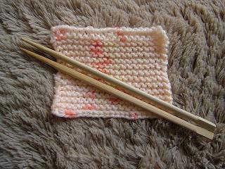 割箸と編みあがったタワシ