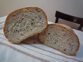 そば粉と黒ゴマのパン100308