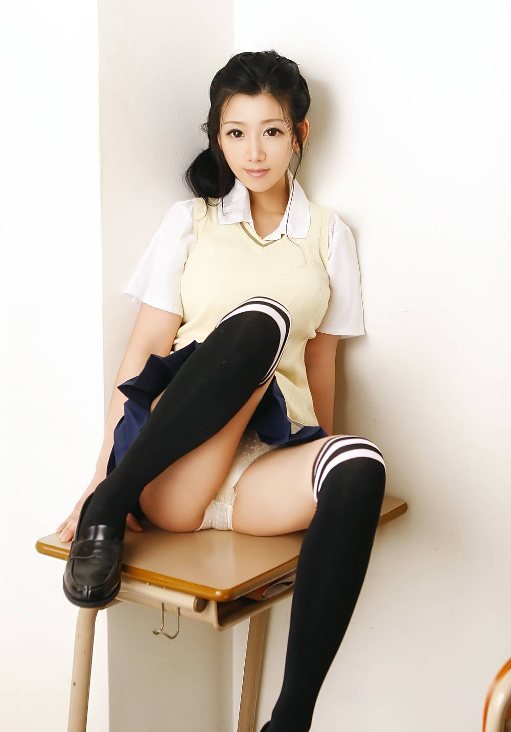 高画質エログラビア 韓国グラビアアイドル セクシー パンチラ カメラ目線 高校生 制服 ニーソックス ミニスカート 股間 机の上