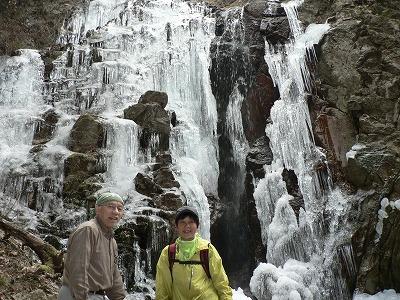 七曲滝で記念写真です。