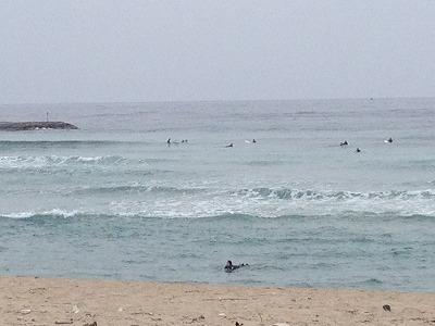 すぐ前の海岸ではサーファーがたくさん