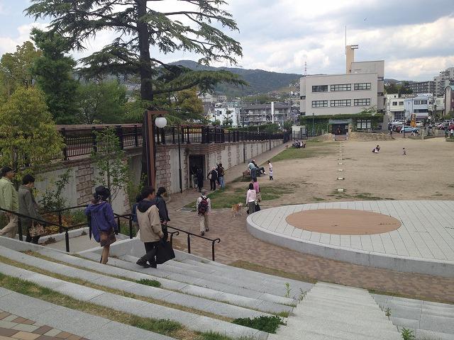 IMG_4318●宝塚文化創造館を見ながら左のトンネルへ