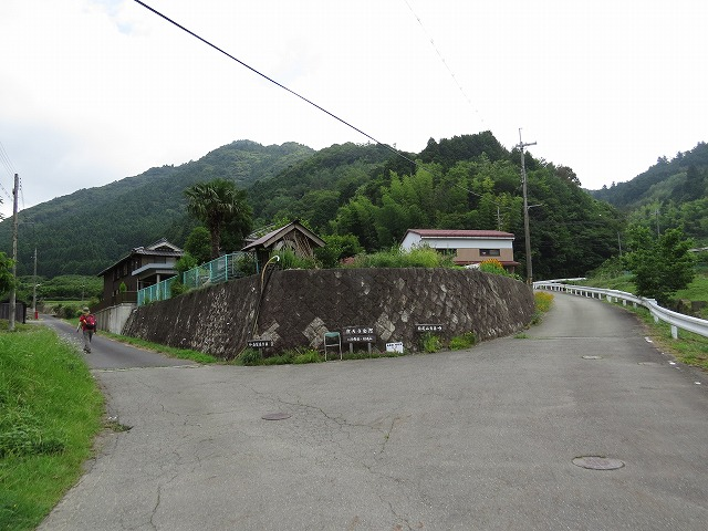 IMG_0274白髪岳登山口住山左へ行く