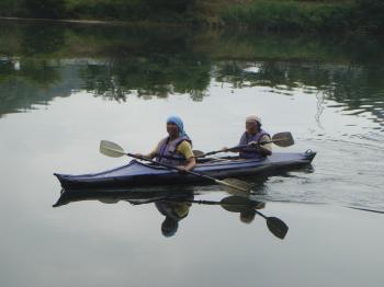 梅雨空のもとカヌーを漕ぐ