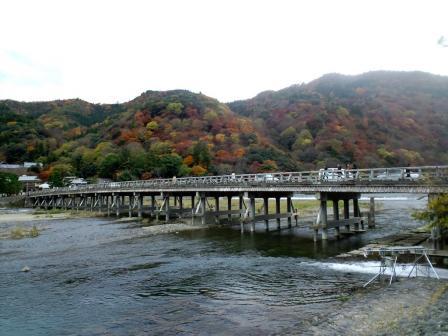 小倉山を背景に 嵐山 渡月橋