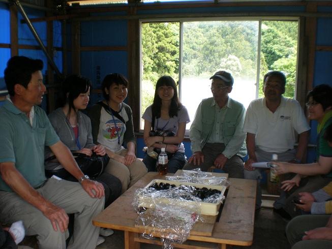 幹雄さんの小屋で炭焼きの話を聞きました