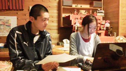 取材内容をまとめる初参加の池上君(左・高校3年生)と吉井さん(大学1年生)