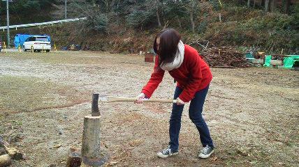 吉井さんが薪割りにチャレンジ