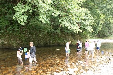 高根川で遊ぶ人たち