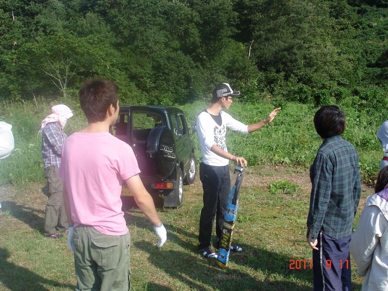 植樹地と作業の説明を受けるメンバー