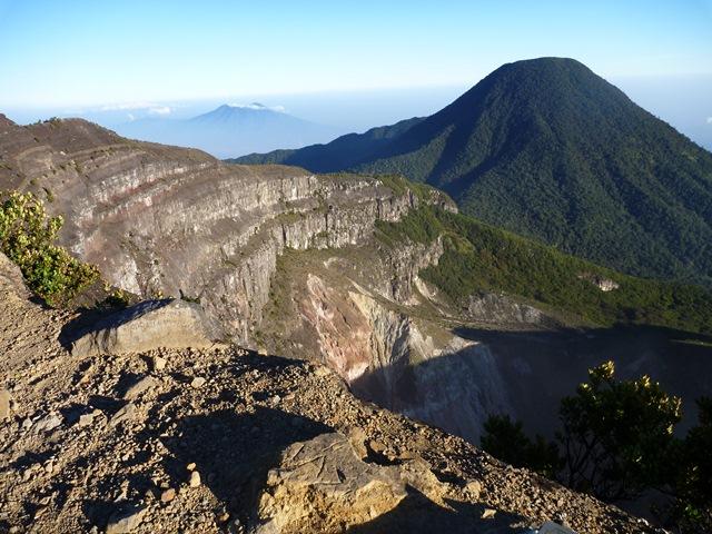 グデ山からパンゴランゴ山を望む