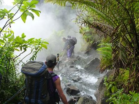 温泉滝を横切る