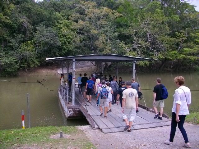 川を渡る動く橋